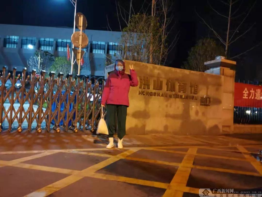 凌晨2点的敬礼!3℃的武汉方舱医院上演暖心一幕