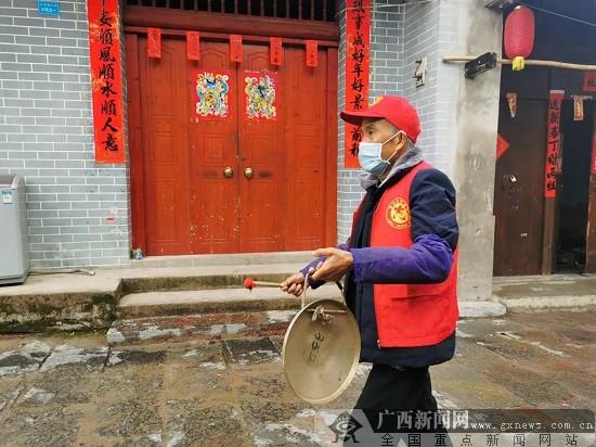 鹿寨县:敲锣打更 70岁老人穿街走巷助防疫!