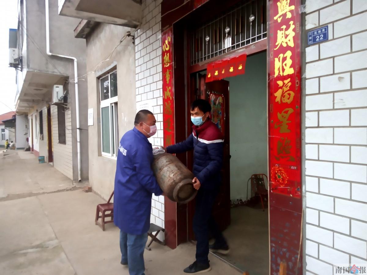 柳州男子回湖北过年滞留40多天 他就地当起志愿者