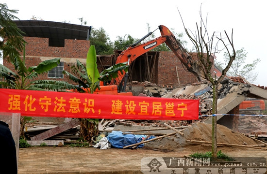 南宁市邕宁区对14处违建物进行清理拆除