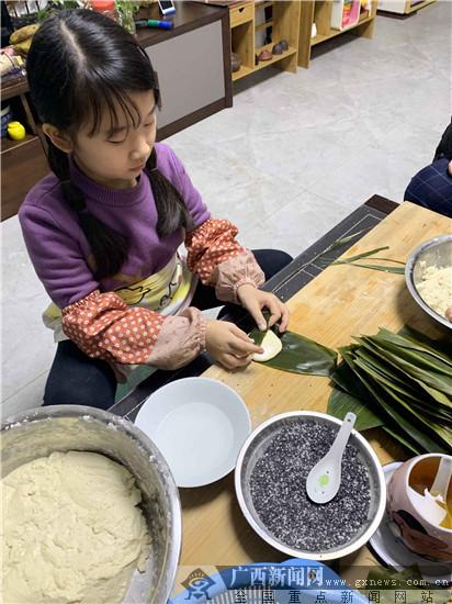 """桂雅学子体验手作""""壮族三月三""""传统美食"""