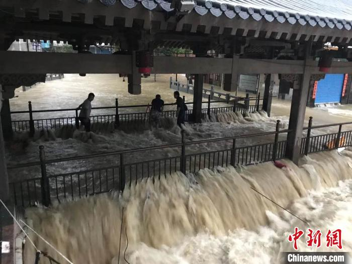 广西多地遭遇强降雨 近40万户因