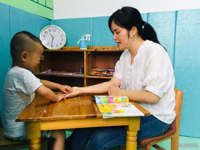 """玉林市残疾人康复中心老师辛兰:用爱心点亮""""折翼天使""""的希望"""