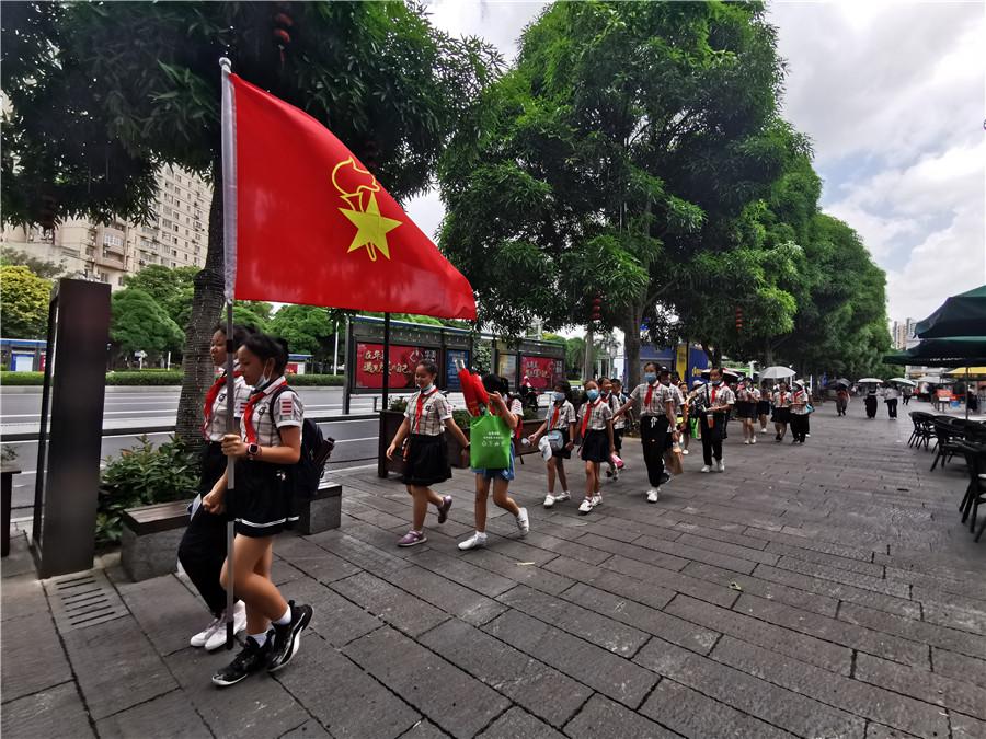 """南宁市仙葫学校:""""红领巾""""为创城献力量"""