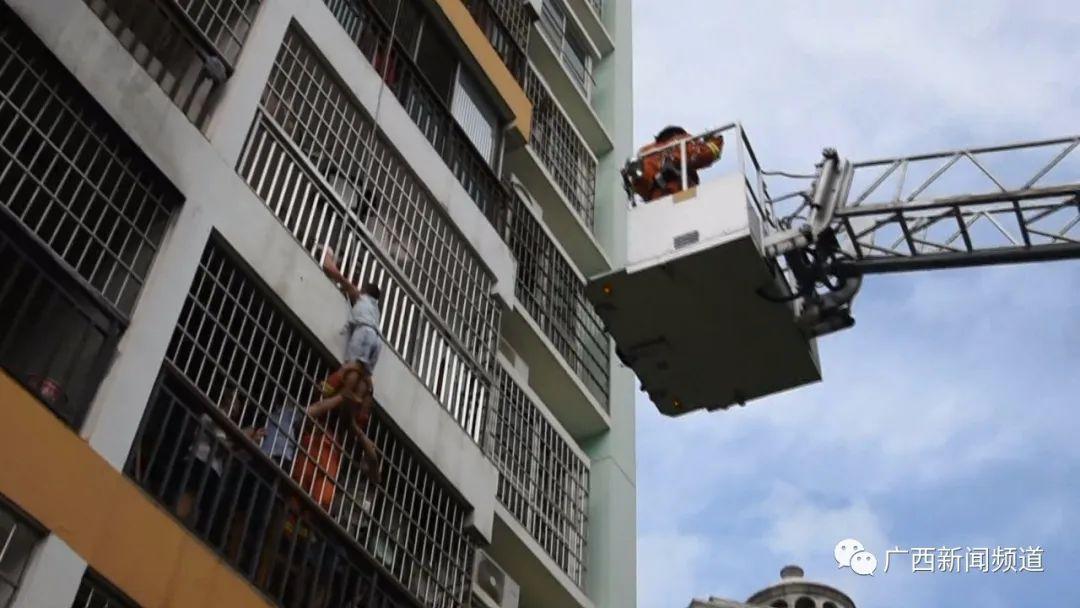 惊!北海一男童想找妈妈,扒开防盗网被困4楼窗外