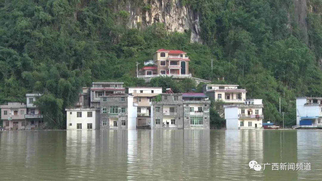 凤山一湖水暴涨淹至民房2楼61人被困 多部门救援