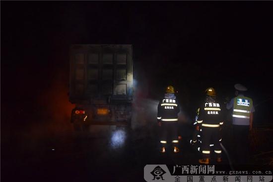北海一货车自燃 民警消防过路司机伸援手