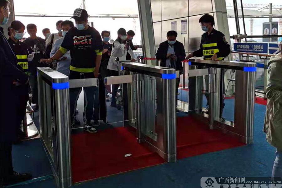 南宁机场启用区内首创自助健康码闸机通