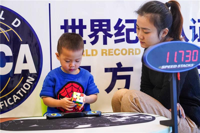 太牛了!南宁2岁萌娃玩转魔方,拿下两项世界纪录