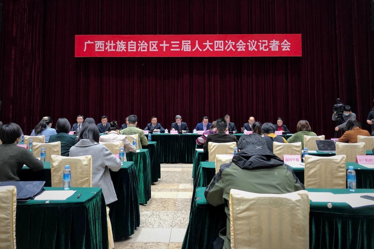 自治区十三届人大四次会议举行记