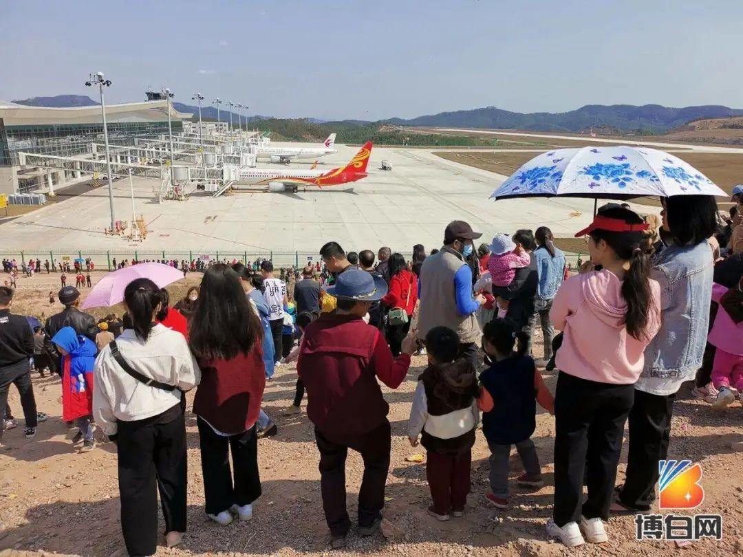 广西一机场成春节打卡景点,满山坡地摊生意火爆