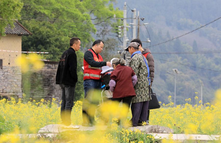 高清:广西融安驻村工作队员助春耕