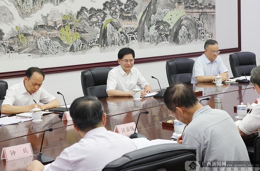 自治区政府参事座谈会召开 蓝天立主持会议并讲话