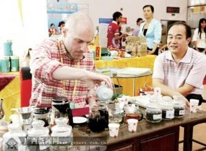 博览会上老外毛遂自荐展示中国茶艺(图)
