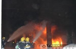 灵山一居民楼发生火灾 消防官兵解救37名被困群众