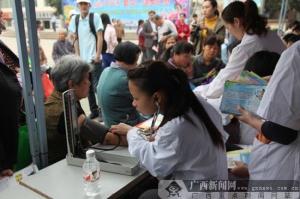 邕宁区开展爱国卫生月主题宣传活动