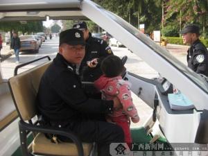 上林巡警元旦救助3名走失小孩