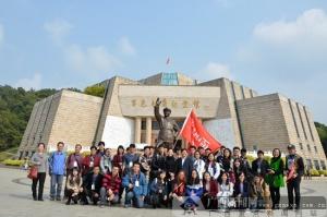 百家媒体采访团向百色起义革命先烈敬献花篮(图)