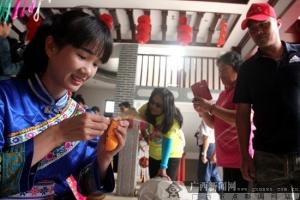 """台湾少数民族代表在靖西抢绣球欢度""""三月三"""""""