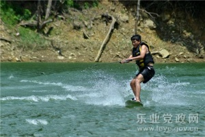 好玩又刺激!乐业滑水冲浪运动悄然兴起