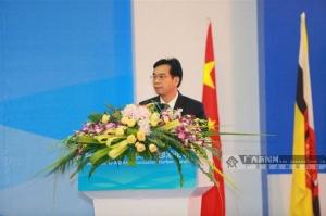 广西壮族自治区党委常委、宣传部部长黄道伟主持论坛