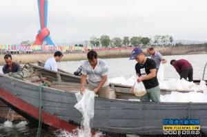 中越代表北仑河投放鱼虾苗超4100万尾