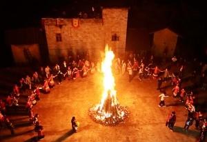 隆林:彝族举行千年古树茶祭茶盛典 游客狂欢