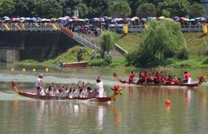 环江:龙舟邀请赛现场 万余观众目睹健儿水中争霸