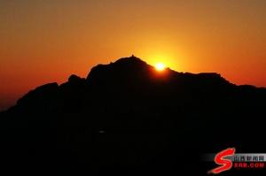 全国网媒记者王莽岭看日出 观霞光瞬息万变感山峦景色绚美