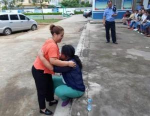女儿身陷传销 被解救后与母亲抱头痛哭