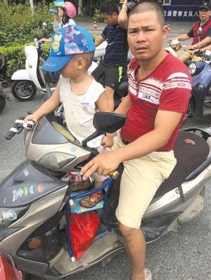 违规乘坐电动自行车存安全隐患