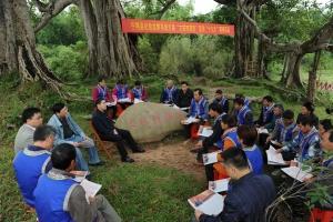 宁明县纪委领导到明江镇洞廊村宣讲党的十九大精神