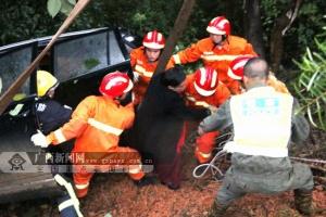 田阳:车辆侧翻五人被困 消防调来吊车开展救援