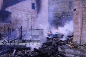 那坡:居民烧柴做饭遗留火种引发大火