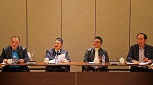 政协委员在各个驻地分组讨论