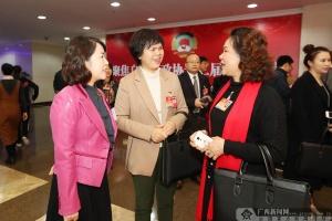几位女委员聚在一起畅谈议政心得和美好愿景