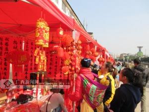 新春佳节将至 田林群众赶集购置年货(图)