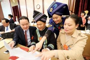十三届全国人大一次会议广西代表团举行全体会议,审议监察法草案。这是代表在审议间隙讨论。