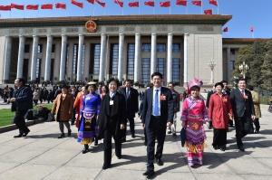 3月15日,全国政协十三届一次会议在人民大会堂闭幕。这是会议结束后住桂委员们信心满怀步出会场