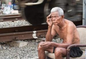 雅加达:铁轨旁的生活