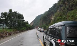 昭平持续降雨致公路塌方 公众交通出行受阻