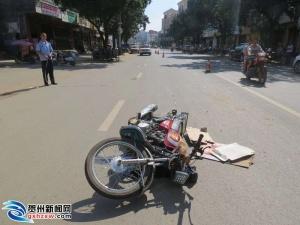 钟山一车交通事故致2人受伤后逃逸