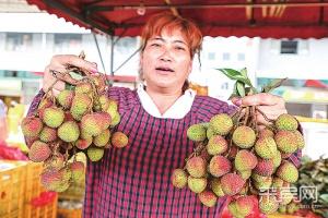 """来宾:夏令水果大量上市 价格实惠""""管吃够""""(图)"""