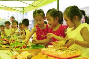 """崇左:孩子""""六一""""前夕乐享美食盛宴(组图)"""