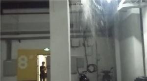 焦点图:大雨致小区内涝 电梯成