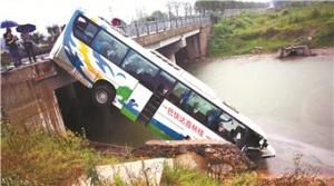 大客车与拖拉机相撞 车头坠桥6人受伤