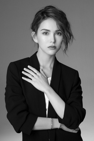 昆凌成时尚年轻女性典范 黑白写真率性迷人气场足