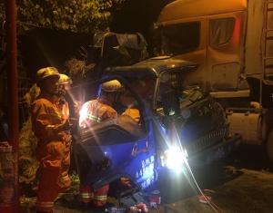 忻城两货车相撞一司机被卡 消防官兵紧急破拆施救
