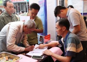 隆林举办现场招聘会 促进贫困劳动力转移就业(图)