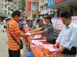 """那坡公路局参加""""安全生产月""""宣传活动"""